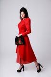 Full längdstående av en kvinna i röd klänning Royaltyfria Bilder