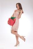 Full längdstående av en lycklig kär gåva för ung kvinna Arkivfoto