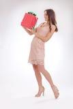 Full längdstående av en lycklig kär gåva för ung kvinna Royaltyfri Fotografi