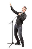 Full längdstående av en male sångare som utför en song Fotografering för Bildbyråer