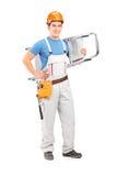 Full längdstående av en manuell arbetare med en hjälm som bär a Royaltyfri Fotografi