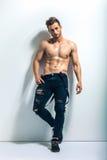 Full längdstående av en sexig muskulös shirtless man Arkivbilder