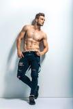 Full längdstående av en sexig muskulös shirtless man Royaltyfri Bild
