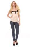 Full längdstående av en stilfull blond kvinna Royaltyfria Bilder