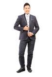 Full längdstående av en trendig ung man royaltyfri fotografi