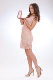 Full längdstående av en ung kvinna i en rosa klänning Royaltyfria Foton