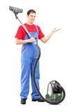 Full längdstående av en ung man med en dammsugare Royaltyfri Bild