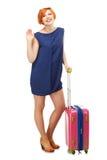 Full längdstående av ett anseende för ung kvinna med en rosa trave Royaltyfri Fotografi