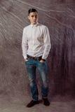 Full längdstående av ett tillfälligt anseende för ung man med båda Arkivbild