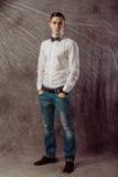Full längdstående av ett tillfälligt anseende för ung man med båda Royaltyfri Bild