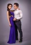 Full längdstående av ett ungt trendigt par härliga par arkivfoto