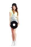 Full längdstående av kvinnan i Kepi och jeans med vinylrekordet royaltyfri bild