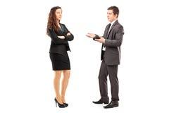 Full längdstående av unga businesspeople som har en conversa Royaltyfri Bild