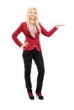 Full längdstående av ungt le göra en gest för kvinna Royaltyfria Foton