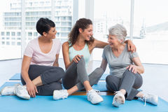 Full length of cheerful women in yoga class Royalty Free Stock Photography