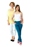 Full length portrait of mum and daughter Royalty Free Stock Images