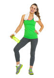 Full length portrait of smiling fitness woman with bottle of water Royalty Free Stock Photos