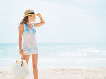 Full length portrait of young woman in hat and with bag on beach Royalty Free Stock Photography