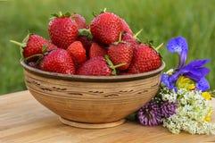 Full lergodsbunke av läckra jordgubbar Royaltyfria Foton
