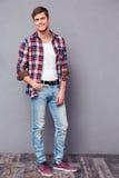 Full längdpotrait av den charmiga lyckliga mannen i plädskjorta Arkivfoton