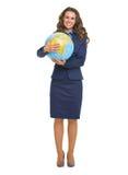 Full längdstående av att le affärskvinnan som kramar jordklotet Royaltyfri Fotografi