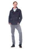 Full längdstående av attraktivt le för ung man Royaltyfri Bild