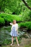 Full längdstående av den härliga blonda kvinnan Arkivfoto