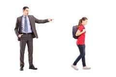Full längdstående av den ilskna fadern som skriker på hans dotter Arkivbilder