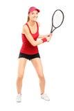 Full längdstående av det kvinnliga tennisspelareinnehav ett racket Arkivfoto