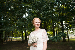 Full längdstående av händer och att gå för ett nygift personparinnehav i parkera Royaltyfri Foto