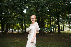Full längdstående av händer och att gå för ett nygift personparinnehav i parkera Arkivbild