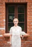 Full längdstående av händer och att gå för ett nygift personparinnehav i parkera Royaltyfria Foton