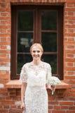 Full längdstående av händer och att gå för ett nygift personparinnehav i parkera Arkivfoton