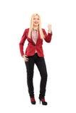 Full längdstående av le och en lycklig gesturin för ung kvinna Royaltyfria Foton