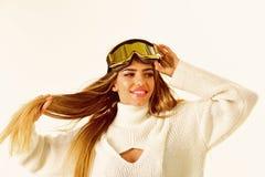 full lycka Känslig slags tvåsittssoffa lycklig ferievinter Vintersport och aktivitet Flickan skidar in eller snowboardkläder Sexi royaltyfria foton