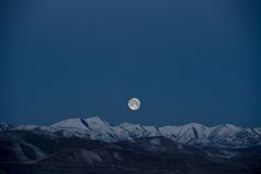 Full moon above mountains Royalty Free Stock Photos