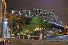 Full nattsikt av Sydney Harbour Bridge & området för central affär Arkivbild