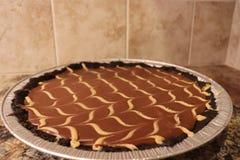 Full paj för chokladjordnötsmör med bakgrund för jordsignaltegelplatta Royaltyfri Fotografi