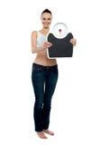 Full ramkvinna som rymmer en scale Royaltyfria Foton