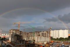 Full regnbåge över konstruktionsplatsen Arkivbilder