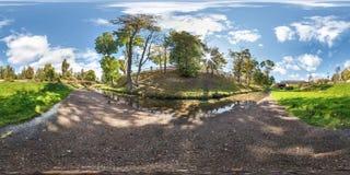 Full sömlös sfärisk panorama 360 vid 180 grader vinkelsikt på kusten av den lilla floden med änder i stad parkerar i sommardag royaltyfri bild