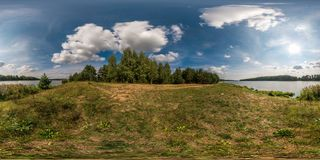 Full sömlös sfärisk panorama 360 vid sikt för vinkel 180 på kusten av breddflodnemanen i solig sommardag i equirectangular arkivbilder