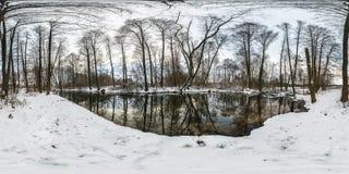 Full sfärisk hdripanorama för vinter 360 grader väg för vinkelsikt i en snöig skog nära floden med grå blek himmel i equirectangu royaltyfria bilder
