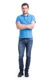Full stående av att le den lyckliga stiliga mannen i blå t-skjorta. Royaltyfri Fotografi