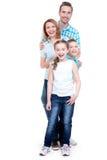 Full stående av den lyckliga europeiska familjen med barn royaltyfri fotografi