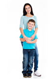Full stående av en lycklig barnmoder med sonen Arkivfoton
