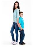 Full stående av en lycklig barnmoder med sonen Arkivbild