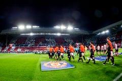 Full stadion med spelarelinen up Arkivfoto