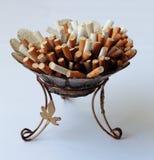 fulla askfatcigaretter Arkivbilder