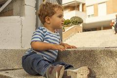 Fulla den gulliga skottståenden behandla som ett barn pojken Royaltyfri Foto